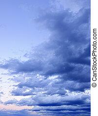 dramático, cielo nublado, en, ocaso