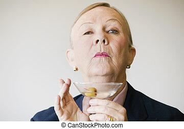 dramático, mujer mayor, con, un, martini