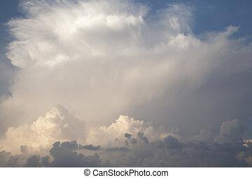 dramático, nubes, en, azul oscuro, cielo
