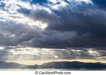 dramático, pesado, nuvens, acima, a, paisagem, com, sunrays,...
