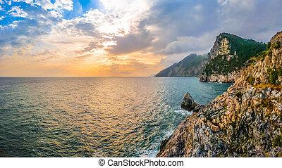 dramático, vista marina, de, iglesia, de, peter de st, porto, venere, italia