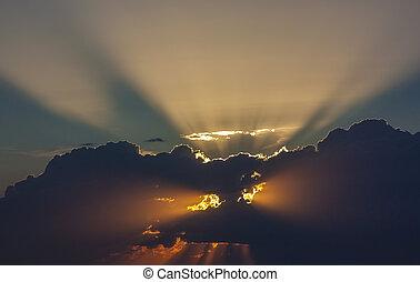 dramatický, západ slunce lye, s, beames, k spadnout, skrz, mračno