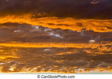 dramatique, ciel coucher soleil, à, nuages