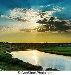 dramatique, coucher soleil dans nuages, sur, rivière