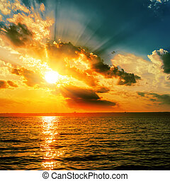 dramatique, orange, coucher soleil, sur, sombre, eau