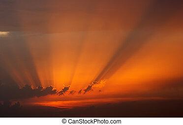 dramatisch, de hemel van de zonsondergang, met, beames, van licht, door, wolken
