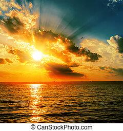 dramatiske, appelsin, solnedgang, hen, mørke, vand