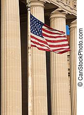 drapeau américain, et, colonnes, de, bâtiment gouvernement