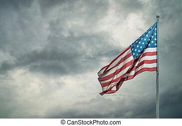 drapeau américain, sur, a, sombre, nuageux