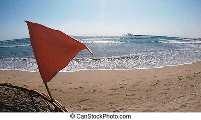 drapeau, plage, rouges, pendre