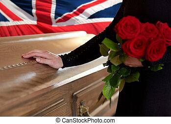 drapeau, roses, femme, rouges, anglaise, sur, cercueil