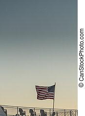 drapeau, vagues, américain, plate-forme bateau