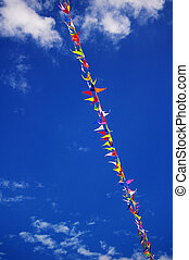 drapeaux, multi coloré, ciel bleu, fête, fond, nuages, pelucheux, ligne, blanc