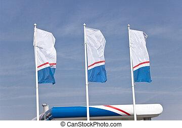 drapeaux, trois, ciel, sur, vide, bannière, bleu