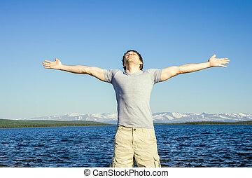 draußen, emotional, angehoben, landschaftsbild, hintergrund, hände, freiheit, begriff, mann, himmelsgewölbe, berg, blaues, stehende , nördlich , glück, reisender, seine, meer