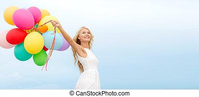 draußen, frau, luftballone, lächeln, bunte