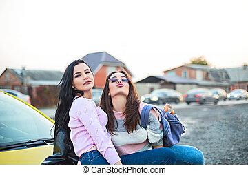draußen, leute, auto, urlaub, hurrarufen, tour, am besten, weibliche , sunset., friends, reise, straße, glücklich