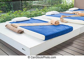 drau en massage frau kleingarten junger tropische drau en haben massage. Black Bedroom Furniture Sets. Home Design Ideas