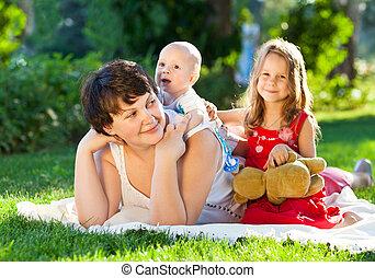 draußen, sie, por, park, spielende , zusammen., mama, kinder, glücklich