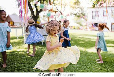 draußen, sommer, kinder, klein, kleingarten, stehende , playing.