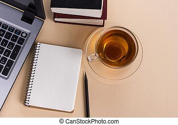 draufsicht, buero, tisch, mit, notizblock, edv, und, bohnenkaffee, cup.