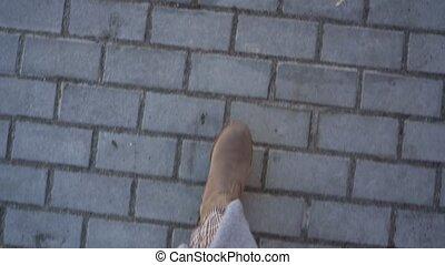 draufsicht, von, weibliche , beine, in, stiefeln, gehen,...