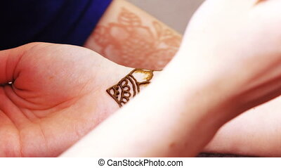 Drawing henna mehendi