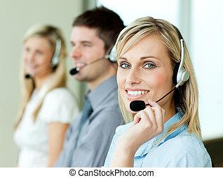 drei, businesspeople, arbeitende , mit, kopfhörer