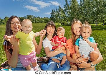 drei frauen, besitz, reizend, babys, sitzen zusammen