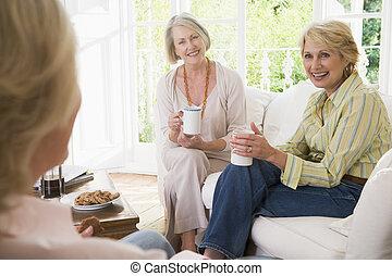drei frauen, in, wohnzimmer, mit, bohnenkaffee, lächeln