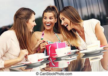 drei freunde, plaudern, in, café, mit, einkaufstüten