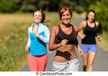 drei freunde, rennender , draußen, lächeln