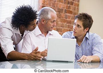 drei, geschäftsmänner, in, buero, mit, laptop, sprechende