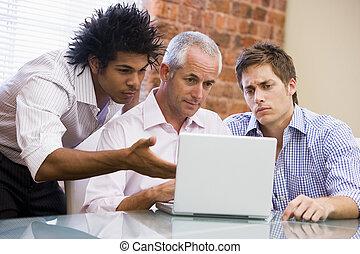 drei, geschäftsmänner, sitzen büro, mit, laptop