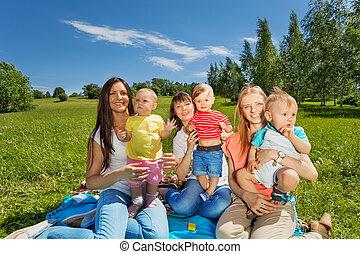 drei, glücklich, mütter, besitz, reizend, babys, park