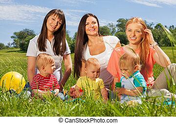 drei, glücklich, mütter, mit, ihr, babys, sitzen