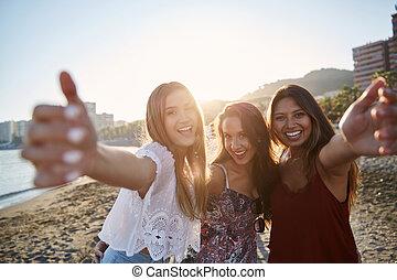 drei, glücklich, weibliche , friends, stehende , auf, sandstrand, anheben, hände