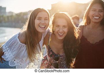 drei, glücklich, weibliche , friends, stehende , zusammen, auf, sandstrand