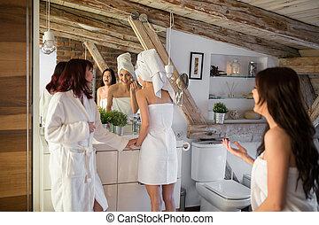 drei, junge frauen, lachender, in, badezimmer