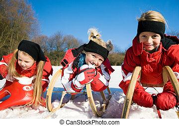 drei kinder, mit, schlitten, in, der, schnee