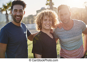 drei, mann, friends, stehende , zusammen, draußen, in, sonnenlicht