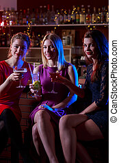 drei, weibliche , friends, in, bar