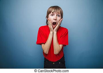 dreng, adolescent, europæisk, tilsynekomst, ind, en, rød skjorte, hånd ind hånd, på