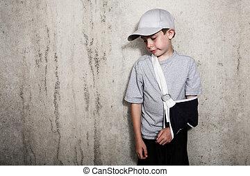dreng, hos, arm, ind, en, slynge, af, en, brudt, humerus, slide, en, baseball cap