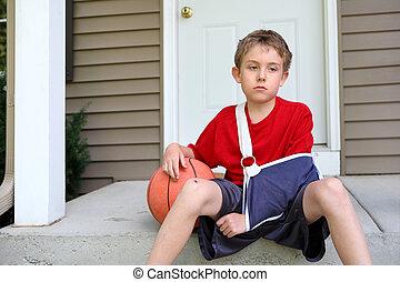 dreng, hos, arm, ind, en, slynge, siddende, hos, en, basketball