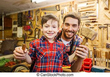dreng, hos, far, holde, nasse, og, hammer, hos, værksted