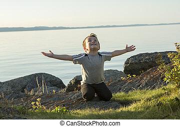 dreng, pray, hos, den, solnedgang, closer, til, den, strand