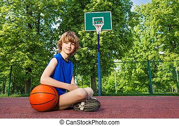 dreng sidde, på, den, gårdspladsen, hos, bold
