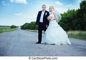 dress., family!, noiva, buquet, parque, par, noivo, -, jovem, day., seu, ao ar livre, casório, novo, nupcial, flores, feliz