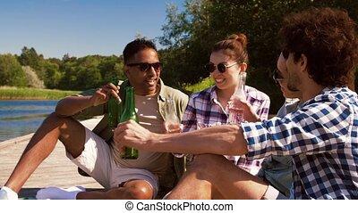 drewniane molo, jezioro, clinking, przyjaciele, pije